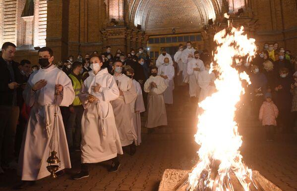 Fedeli e sacerdoti durante la messa pasquale presso la Cattedrale metropolitana dell'Immacolata Concezione della Beata Vergine Maria a Mosca, Russia - Sputnik Italia