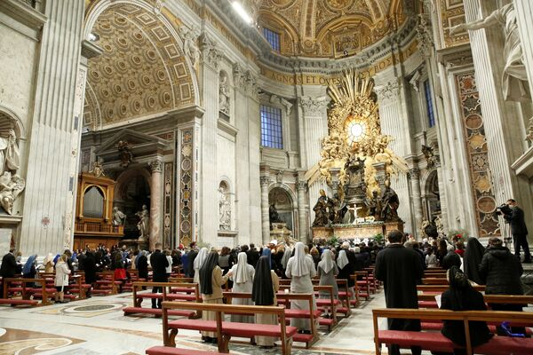 Papa Francesco celebra la Veglia Pasquale nella Basilica di San Pietro quasi vuota poiché le restrizioni per la pandemia del coronavirus (COVID-19) rimangono in vigore per il secondo anno consecutivo, in Vaticano, il 3 aprile 2021 - Sputnik Italia