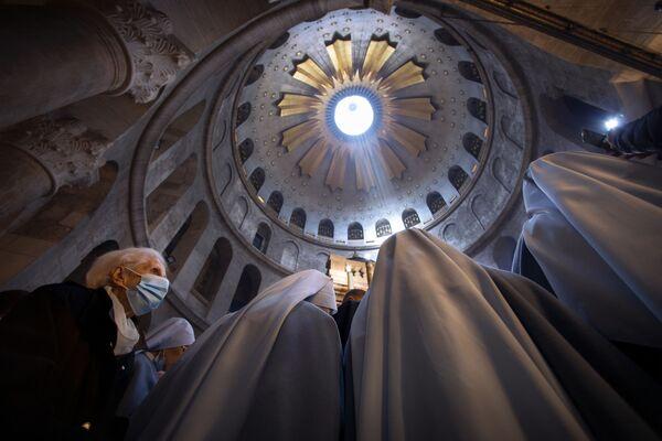 Donna e suore durante la messa pasquale a Gerusalemme - Sputnik Italia