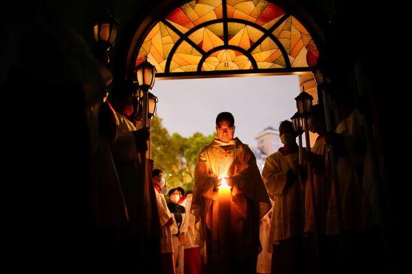 I cattolici cinesi partecipano alla veglia pasquale durante l'epidemia di coronavirus (COVID-19), in una chiesa cattolica a Shanghai, in Cina, il 3 aprile 2021 - Sputnik Italia