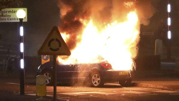 Auto incendiata dagli unionisti durante le rivolte alla rotonda di Cloughfern, Belfast, Irlanda del Nord, sabato 3 aprile 2021. - Sputnik Italia