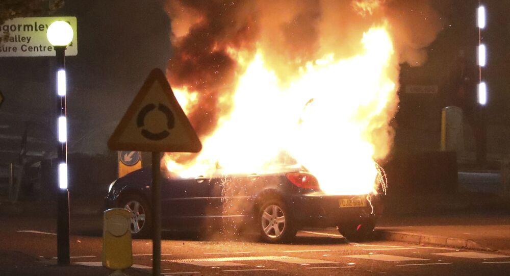Auto incendiata dagli unionisti durante le rivolte alla rotonda di Cloughfern, Belfast, Irlanda del Nord, sabato 3 aprile 2021.