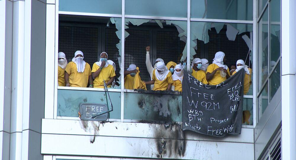 I detenuti del Centro di Giustizia di St. Luis, Missouri, durante le rivolte del 6 febbraio 2021.