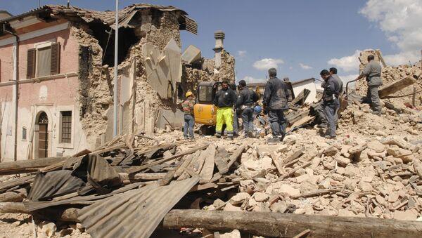 I soccorritori e i volontari rimuovono i detriti dopo un forte terremoto in Abruzzo, Italia, lunedì 6 aprile 2009 - Sputnik Italia