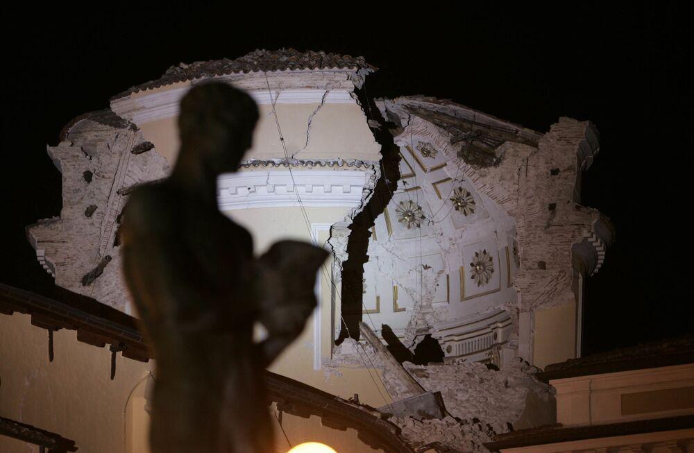 Il Duomo dell'Aquila distrutto dal terremoto di magnitudo 6.3, Abruzzo, Italia