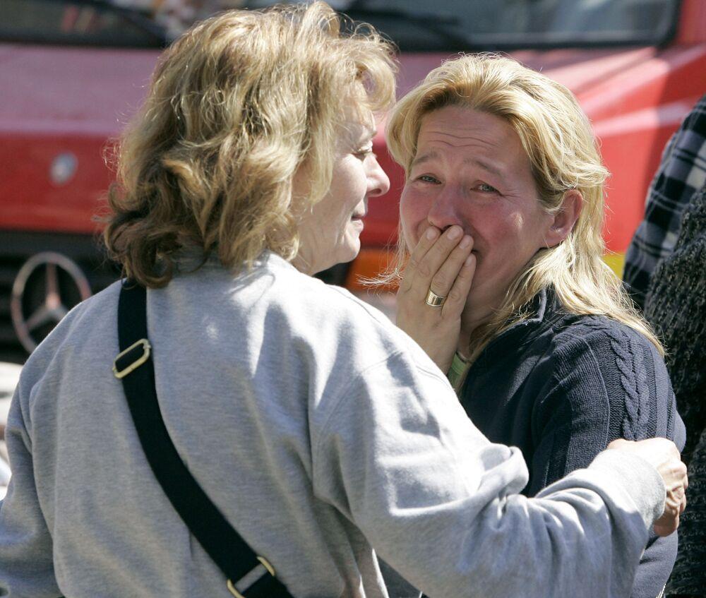 Una donna piange dopo un forte terremoto nella città italiana di l'Aquila