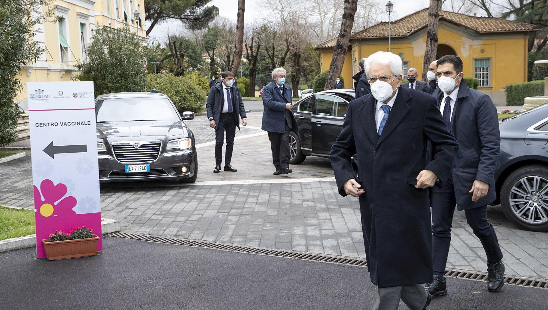 Il Presidente Sergio Mattarella all'Ospedale Spallanzani, in occasione della somministrazione del vaccino anti Covid-19 - Sputnik Italia, 1920, 11.05.2021