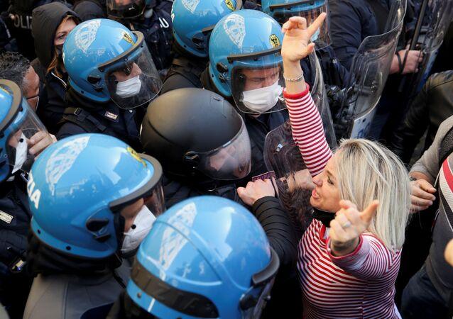 Una donna durante la manifestazione di commercianti, ristoratori, proprietari di palestre contro le chiusure anti-Covid a Roma, il 6 aprile 2021