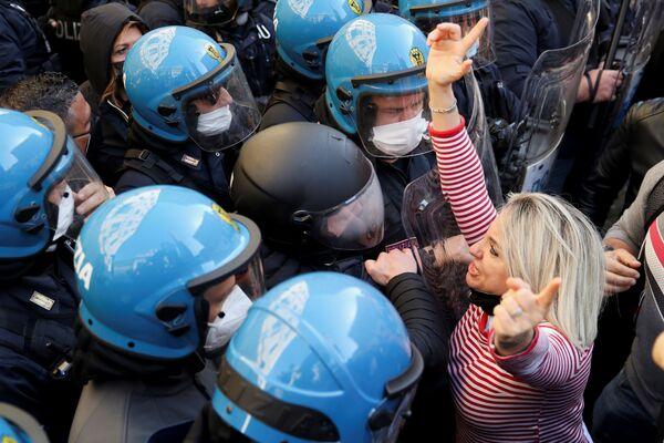 Una donna durante la manifestazione di commercianti, ristoratori, proprietari di palestre contro le chiusure anti-Covid a Roma, il 6 aprile 2021 - Sputnik Italia