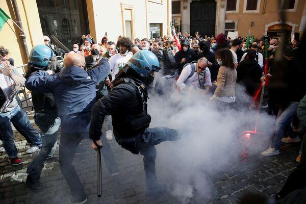 Tafferugli in piazza Montecitorio a Roma durante la manifestazione di commercianti, ristoratori, proprietari di palestre contro le chiusure anti-Covid, il 6 aprile 2021  - Sputnik Italia