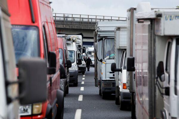 Ieri in Italia è stata giornata di manifestazioni contro le chiusure, in piazza e lungo le autostrade italiane hanno protestato gli ambulanti, i commercianti ed i ristoratori. E' stata bloccata anche la A1 dai furgoni degli operatori delle aree mercatali aderenti alla sigla Ana-Ugl. - Sputnik Italia