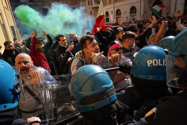 Due poliziotti sono rimasti feriti durante i disordini a Roma - Sputnik Italia