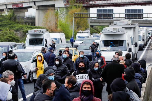 Membri di una comunità imprenditoriale bloccano un'autostrada in segno di protesta contro le restrizioni COVID-19 a Napoli, il 6 aprile 2021 - Sputnik Italia