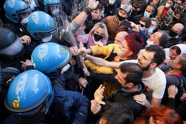 La polizia ha effettuato una serie di cariche di alleggerimento, durante le quali manifestati e forse dell'ordine sono entrati in contatto - Sputnik Italia