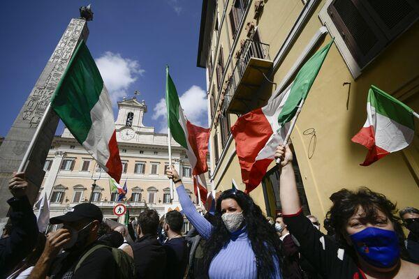 Gianluigi Paragone, l'ex parlamentare del Movimento 5 Stelle, fondatore del partito Italexit, è sceso in piazza al fianco dei manifestanti con le bandiere del suo movimento che propugna l'uscita dell'Italia dall'Unione Europea - Sputnik Italia