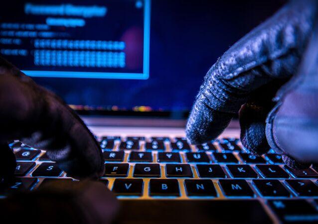 Un hacker al computer