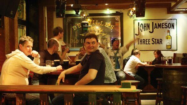 Avventori in un pub di Helsinki durante una partita di hockey - Sputnik Italia