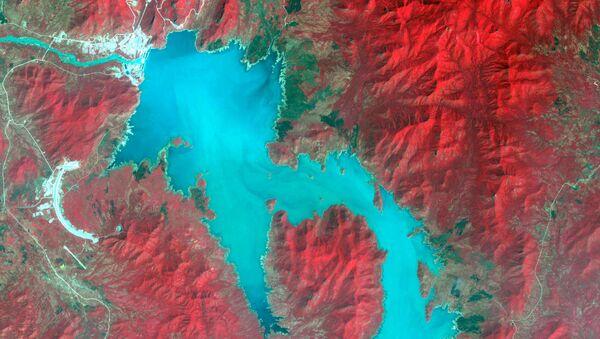 Il fiume Nilo durante il riempimento della Grande Diga del Millennio in Etiopia, immagine spettrale - Sputnik Italia