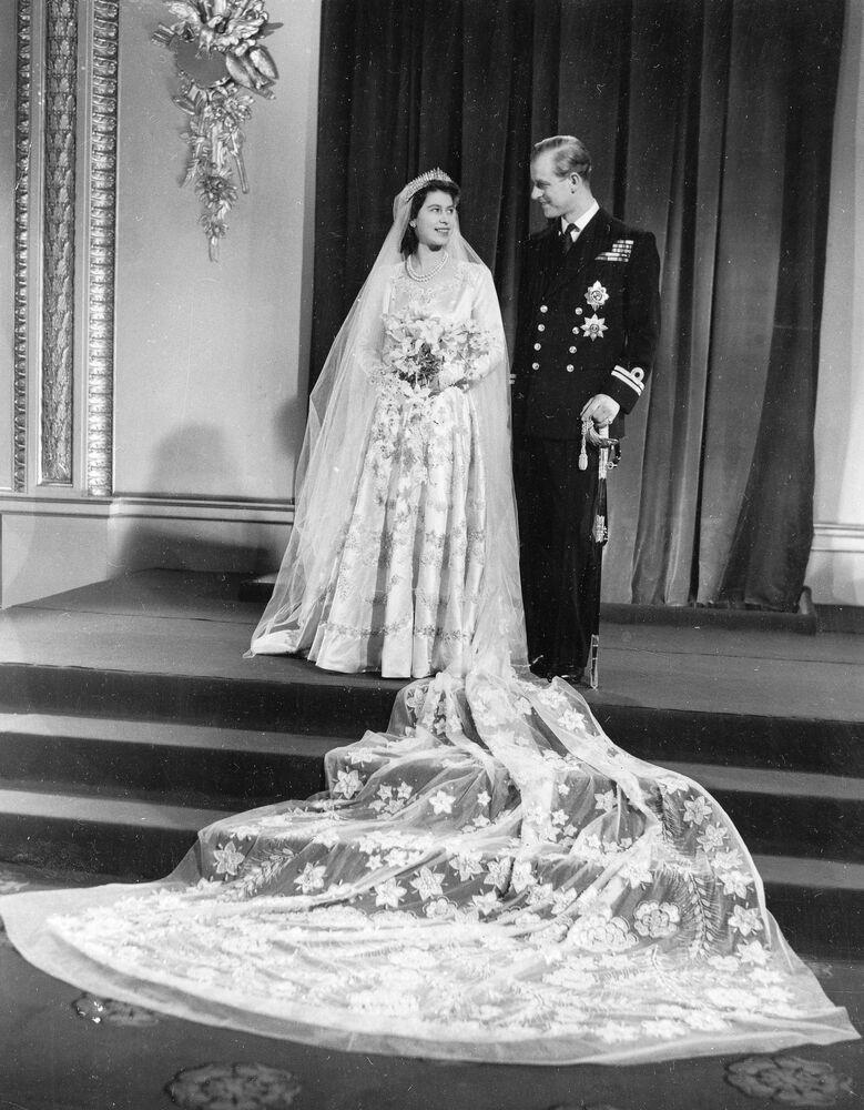 La foto ufficiale del matrimonio della principessa Elisabetta II e del principe Filippo di Edimburgo, 1947