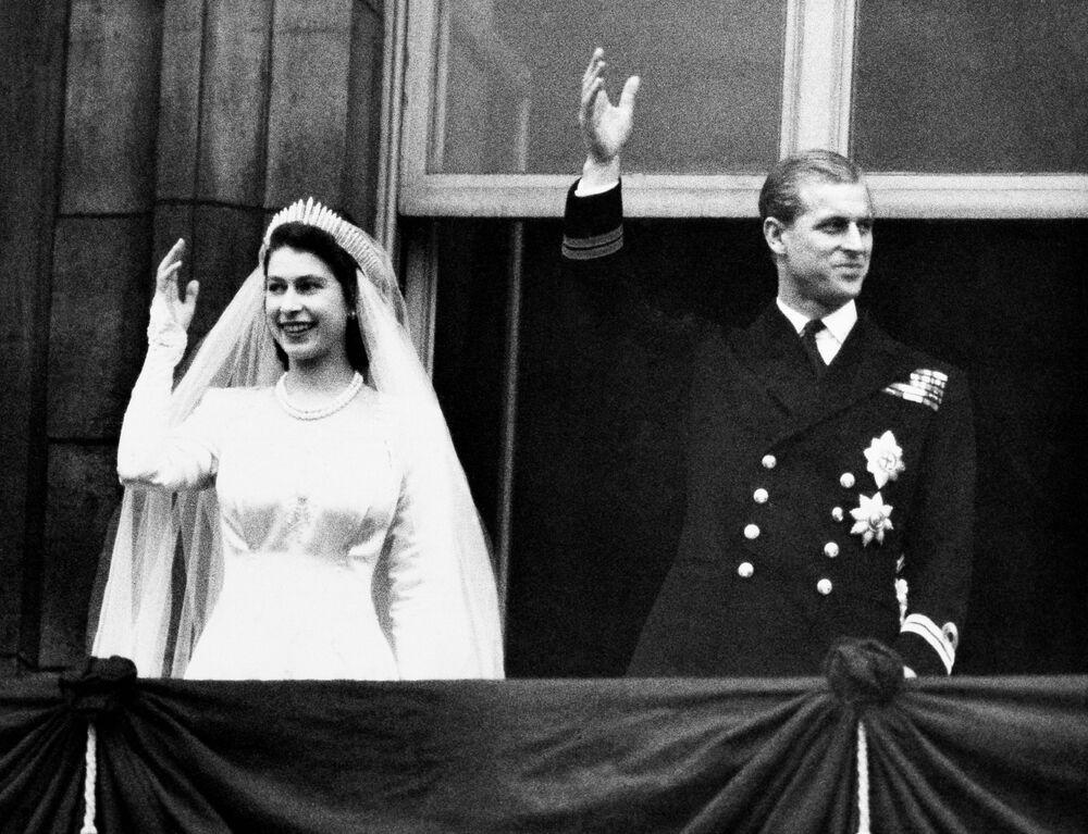 La regina Elisabetta II e il principe Filippo durante il giorno delle loro nozze, 1947
