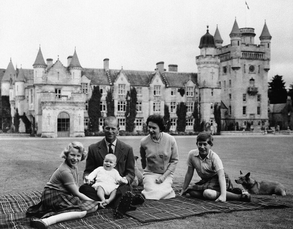 La regina Elisabetta II, suo marito il principe Filippo e i loro tre figli al castello di Balmoral