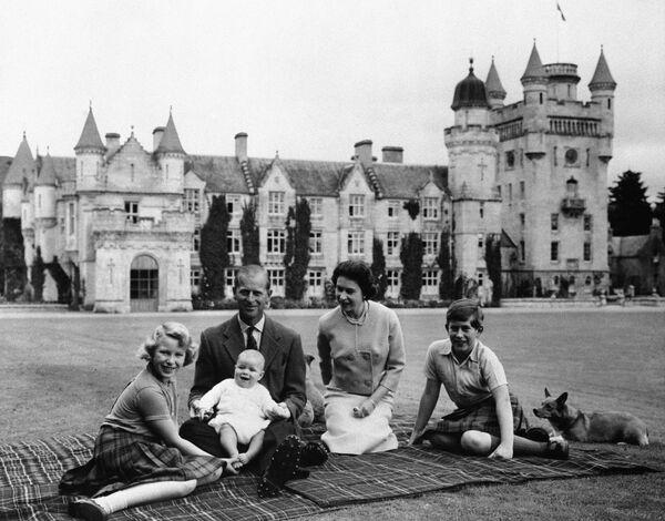 La regina Elisabetta II, suo marito il principe Filippo e i loro tre figli al castello di Balmoral  - Sputnik Italia