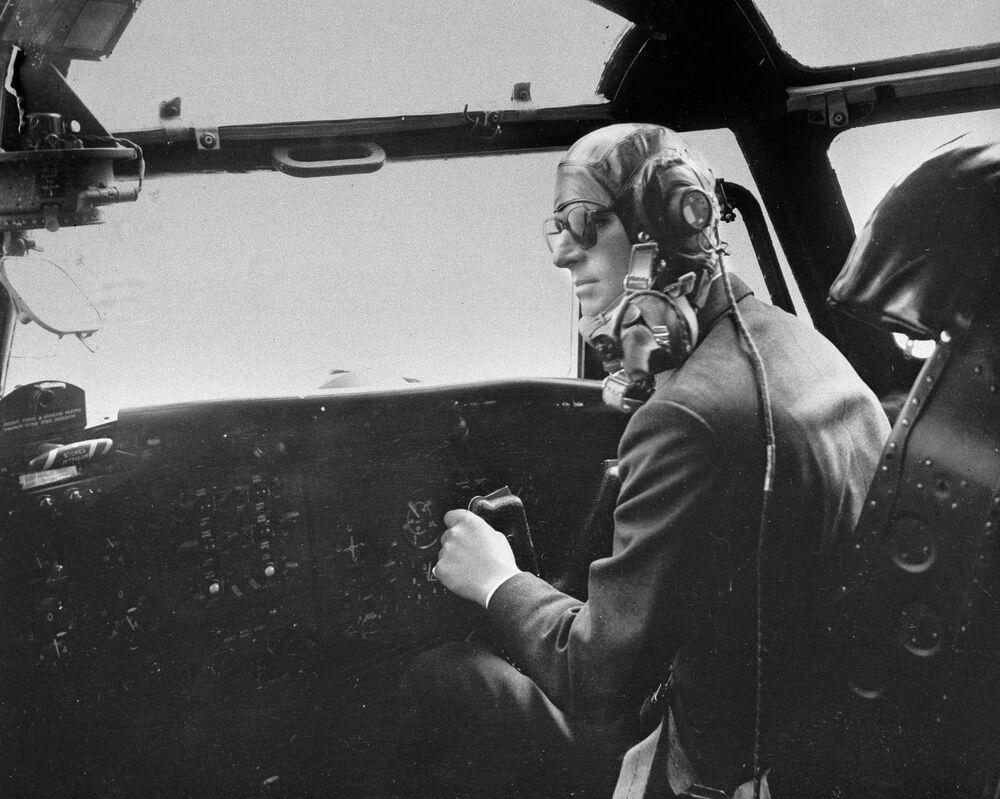 Il principe Filippo guida l'aereo Blackburn