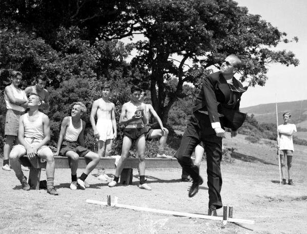 Il principe Filippo, duca di Edimburgo, lancia un giavellotto durante la sua visita alla scuola marittima in Galles nel 1949 - Sputnik Italia