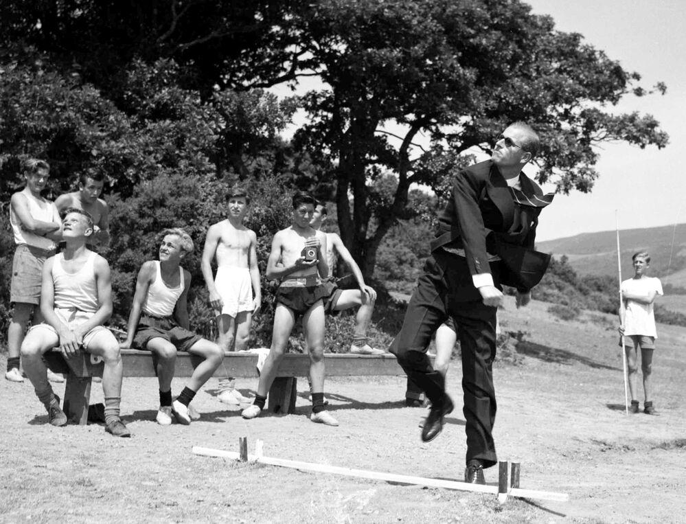 Il principe Filippo, duca di Edimburgo, lancia un giavellotto durante la sua visita alla scuola marittima in Galles nel 1949