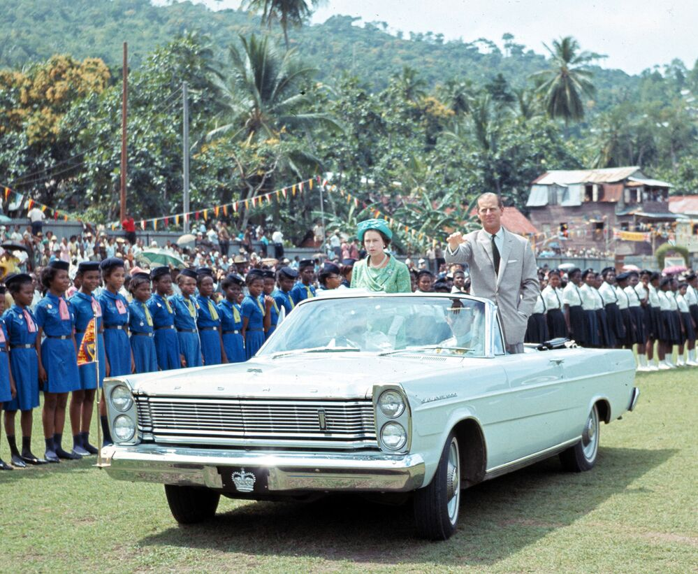 La regina Elisabetta II e suo marito il principe Filippo paretcipano a una festa per bambini a St.Lucia nel 1966
