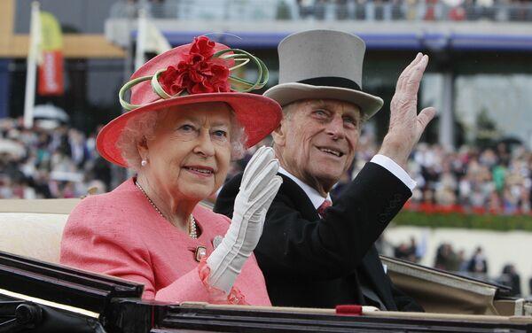 La regina Elisabetta e il principe Filippo arrivano alla corsa di cavalli di Ascot - Sputnik Italia