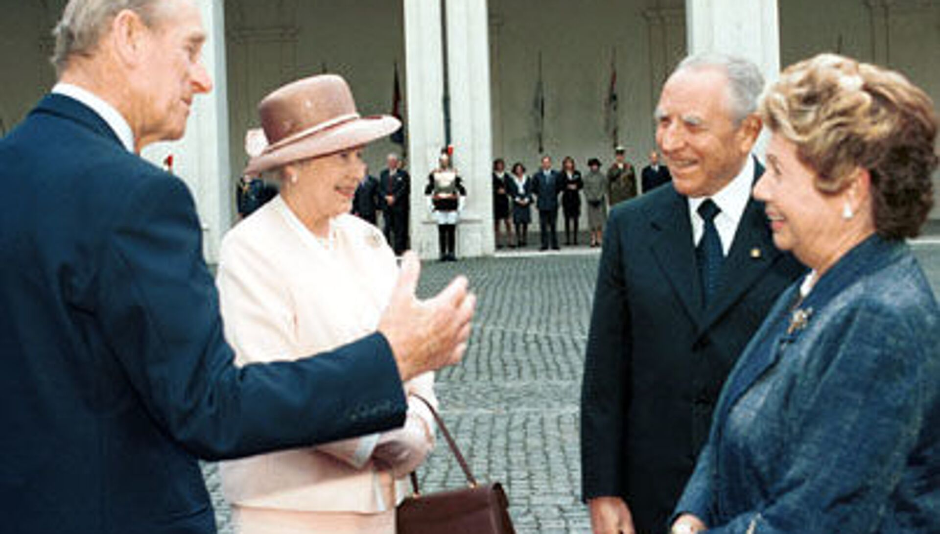 La Regina Elisabetta II e il Principe Filippo con Carlo Azeglio Ciampi e la moglie Franca Pilla nel 2000 - Sputnik Italia, 1920, 19.04.2021