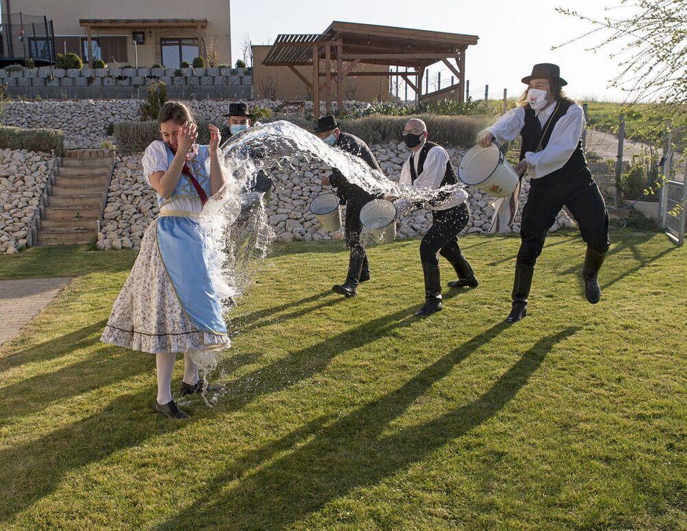 Secondo un'antica tradizione ungherese il lunedì di Pasqua giovani uomini versano l'acqua sulle giovani donne, Menfochanak, Ungheria
