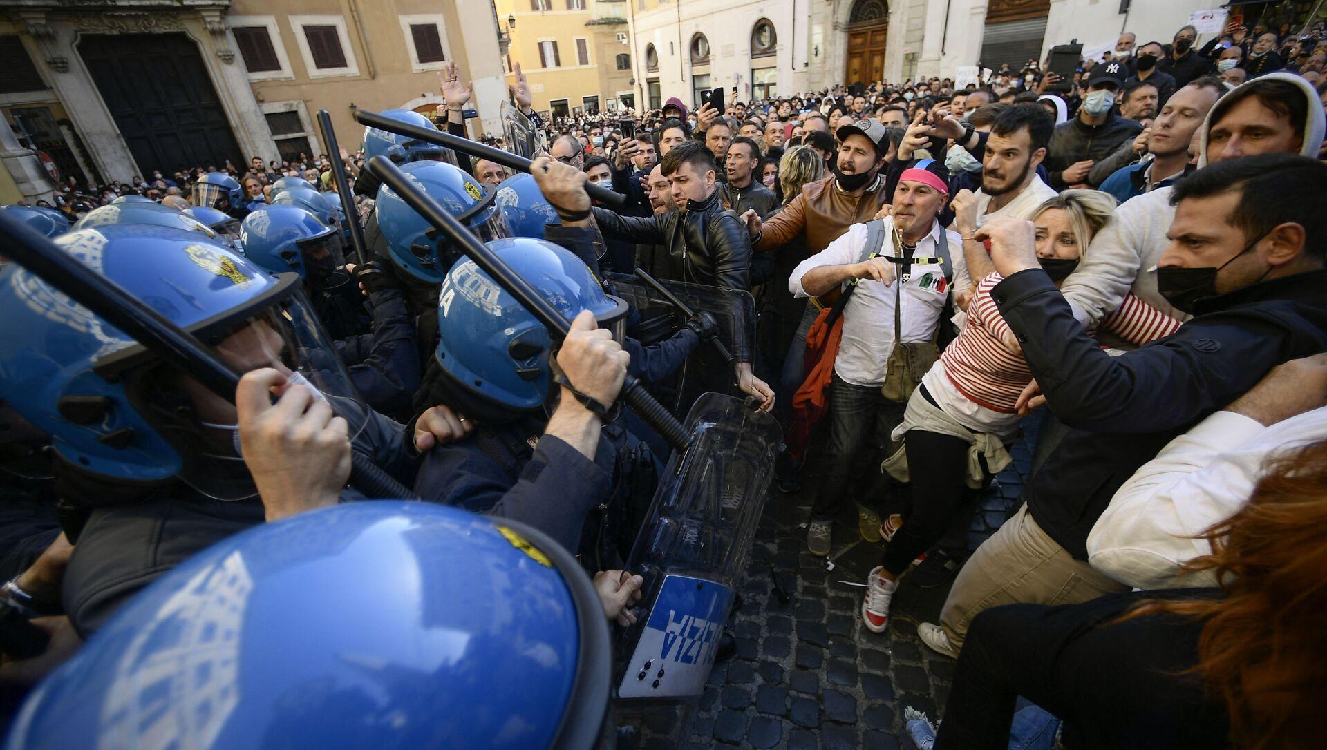 Полицейские используют дубинки против протестующих во время столкновений в рамках демонстрации владельцев малого бизнеса у здания парламента в Риме - Sputnik Italia, 1920, 11.04.2021