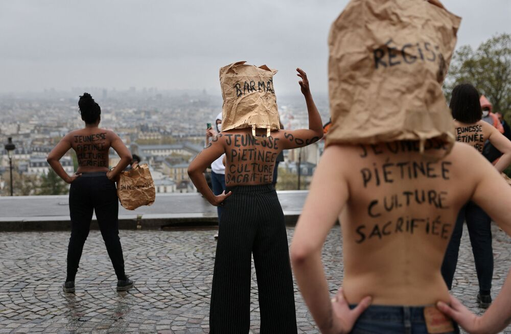 I manifestanti contro la chiusura dei negozi davanti alla Basilica del Sacre Coeur a Parigi