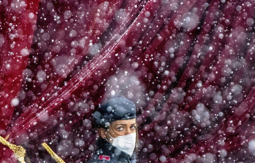 Un poliziotto durante una nevicata vicino al Grand Hotel di Vienna, Austria
