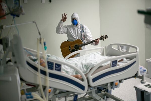 Un operatore sanitario di un ospedale di beneficenza portoghese canta nelle unità di terapia intensiva come parte delle celebrazioni pasquali, in Brasile - Sputnik Italia