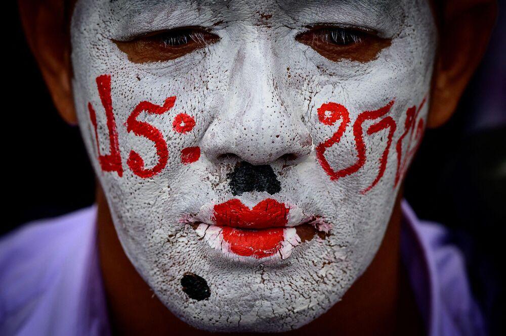 Un attivista pro-democrazia prende parte a una manifestazione antigovernativa organizzata dal movimento politico delle Camicie Rosse a Bangkok