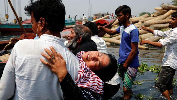 Люди скорбят о гибели родных в результате столкновения парома с грузовым судном на реке Шиталахсяа в Нараянгандже, Бангладеш - Sputnik Italia