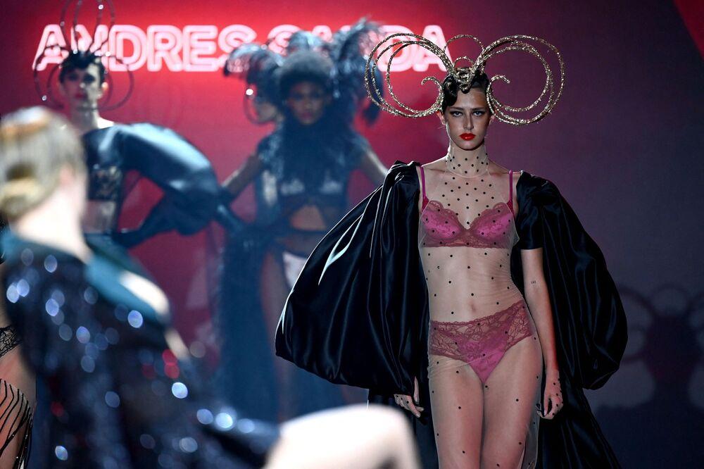 Una modella presenta una creazione del designer spagnolo Andrés Sarda durante la Mercedes Benz Fashion Week a Madrid