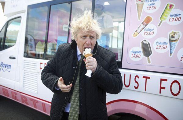 Il primo ministro britannico Boris Johnson mangia il gelato mentre visita Perran Sands Holiday Park a Perranport, in Cornovaglia - Sputnik Italia
