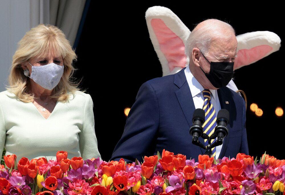 Il presidente degli Stati Uniti Joe Biden e la First Lady Jill Biden con il coniglietto di Pasqua alla Casa Bianca