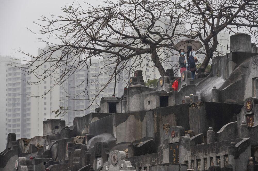 Le donne pregano in un cimitero durante la Festa di Qingming in Cina