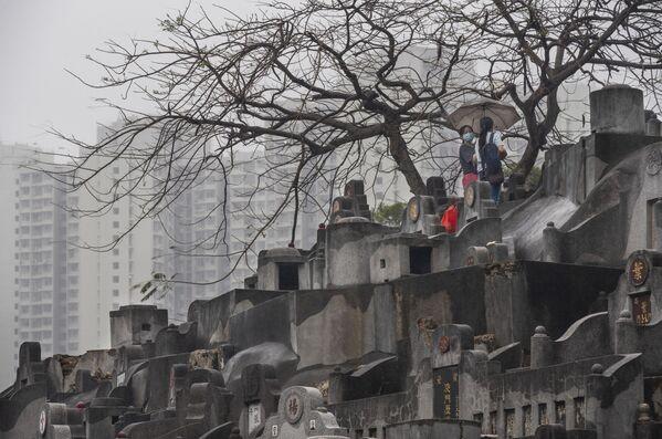 Le donne pregano in un cimitero durante la Festa di Qingming in Cina - Sputnik Italia