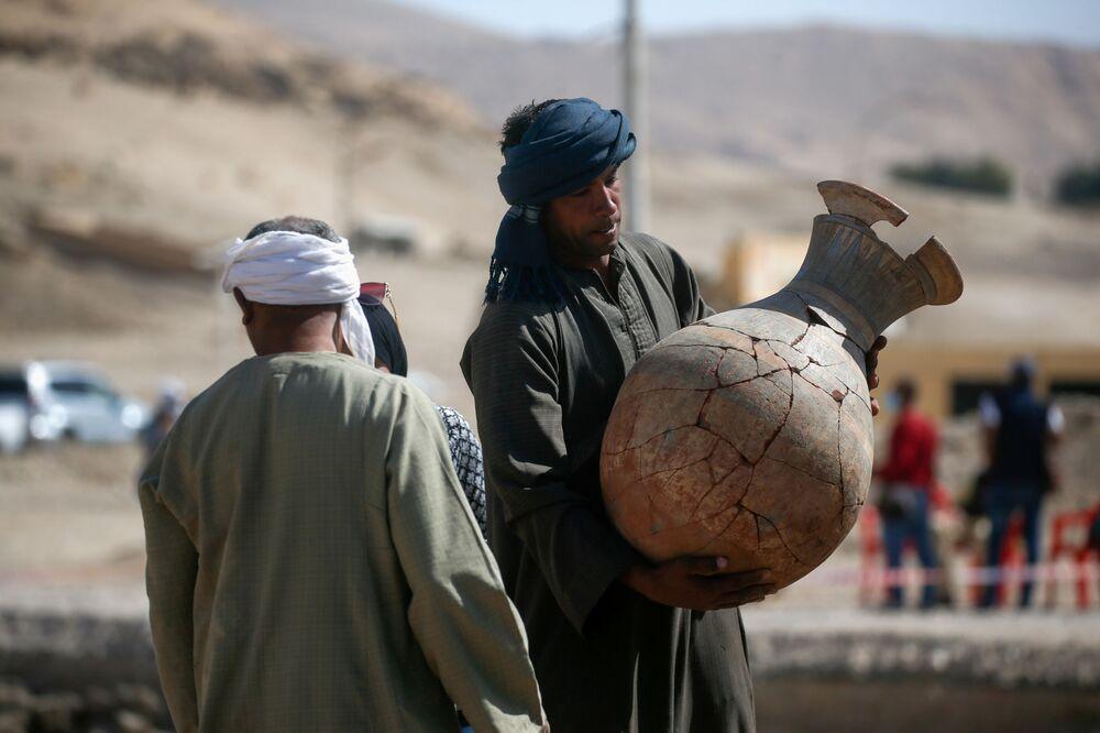 Una persona tiene un vaso rinvenuto alla Città d'oro perduta'', che è stata recentemente scoperta dagli archeologi, nei pressi di Luxor, nell'Alto Egitto, il 10 aprile 2021