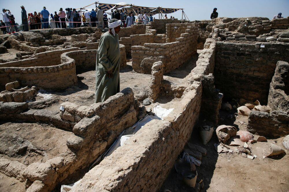 Un uomo si trova alla Città d'oro perduta'', che è stata recentemente scoperta dagli archeologi