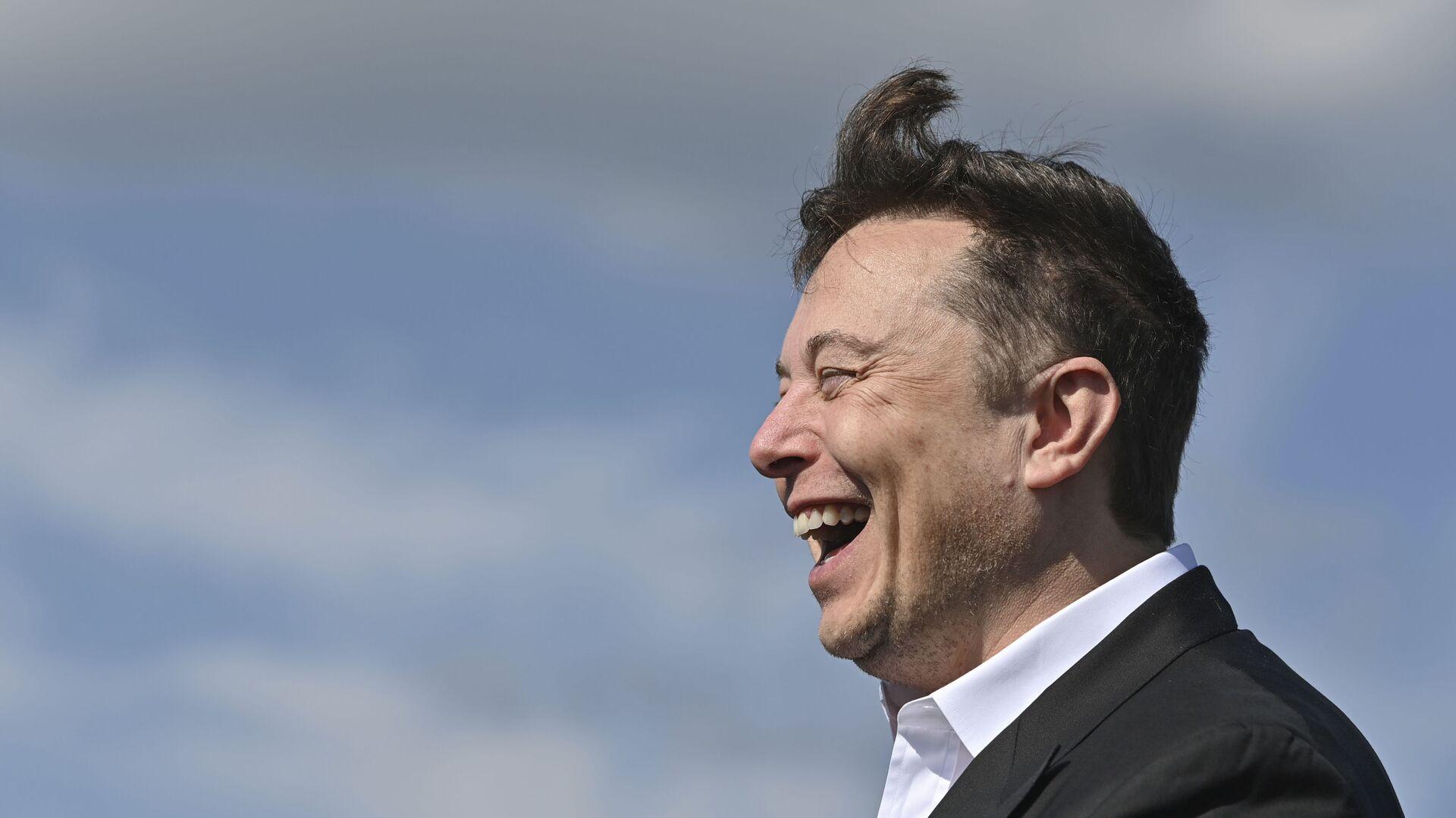 Technology entrepreneur Elon Musk laughs as he visits the Tesla Gigafactory construction site in Gruenheide near Berlin, Germany, Sept. 3, 2020. - Sputnik Italia, 1920, 09.05.2021