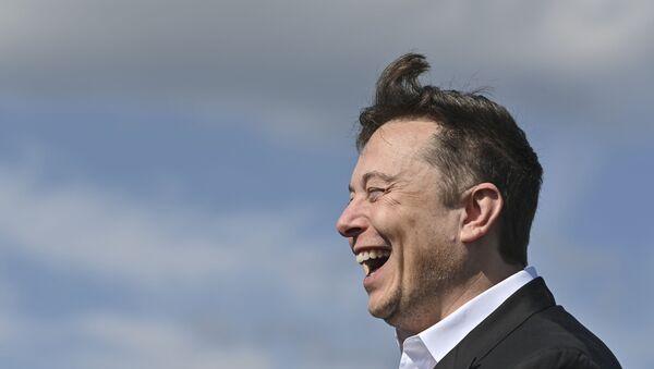 Technology entrepreneur Elon Musk laughs as he visits the Tesla Gigafactory construction site in Gruenheide near Berlin, Germany, Sept. 3, 2020. - Sputnik Italia