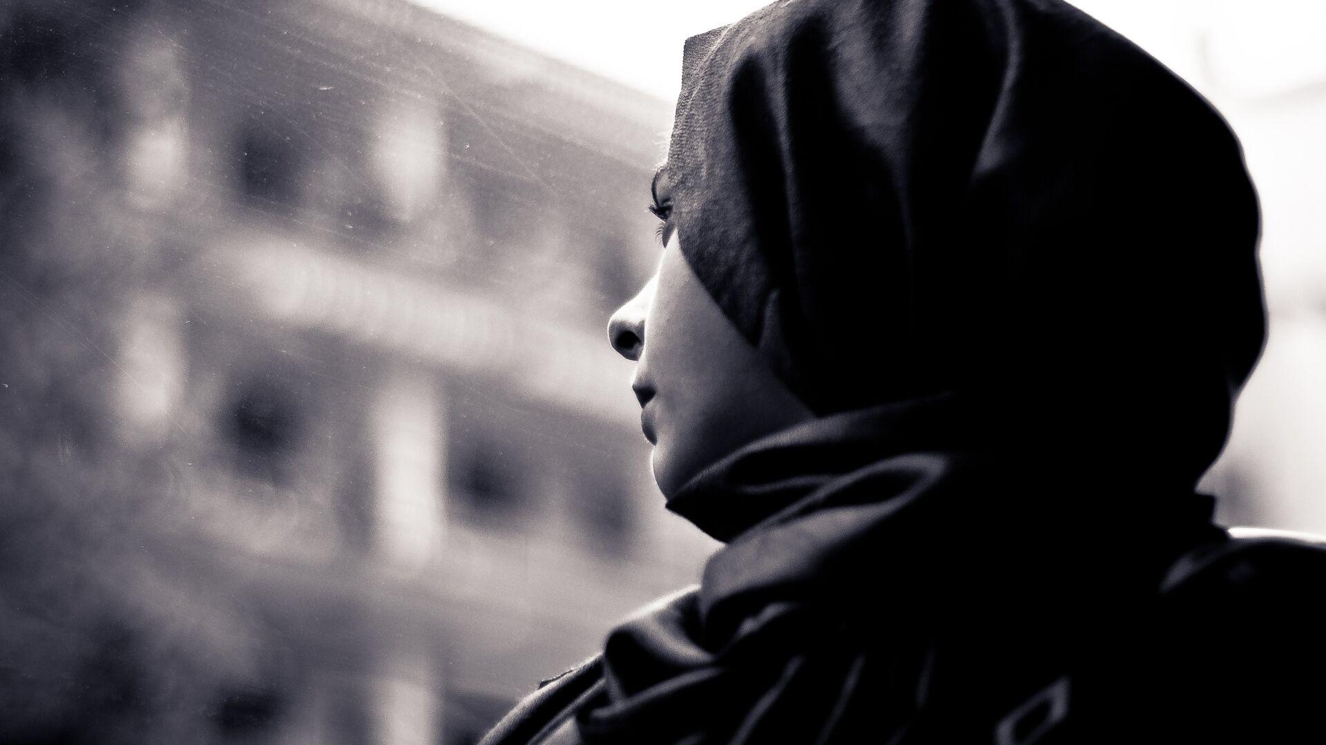 Una donna che indossa un hijab - Sputnik Italia, 1920, 18.07.2021