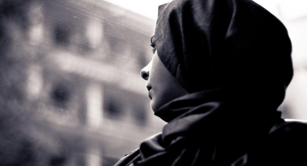 Una donna che indossa un hijab